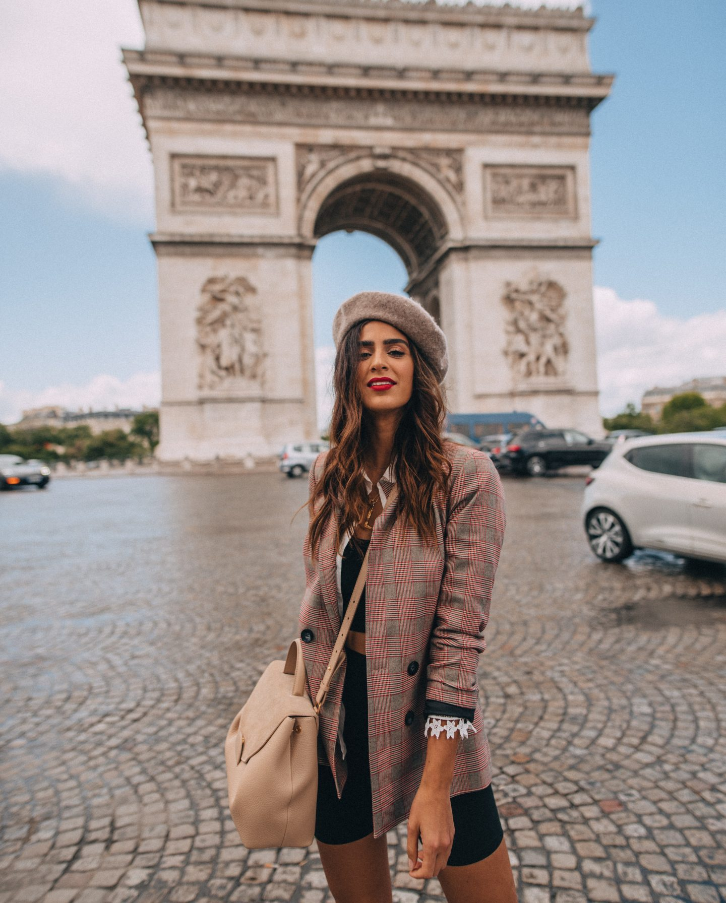 Lisa Homsy in Paris at the Arc de Triomphe